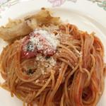 プティ・カザリス - トマトソースのパスタ 新玉ねぎのフリット添え