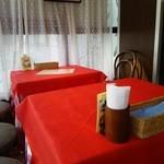トラットリア・オゼール - テーブルクロスは、赤いチェック。昔ながらの洋食屋さん