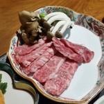 山の神 - 霜降りの和牛を、葉っぱの形をした鉄板で自分で焼きながら頂きます♪