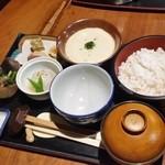 山の神 - 「麦とろろご膳 (1490円)」にも季節のお料理がつきます