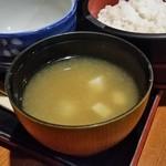 山の神 - 「麦とろろご膳 (1490円)」のナメコ汁です