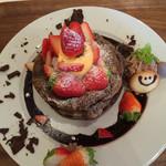 たまご家 - 料理写真:季節限定の苺ショコラパンケーキ