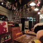 絵本カフェ holo holo - こぢんまりしたお店だけど、中に入ると、 子ども部屋のような世界が広がってます。 まるでおもちゃ箱の中にいるみたいで、 わくわくしちゃう♪