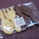 絵本カフェ holo holo - 珈琲についてたカメさんのクッキーもあったけど、 おもしろいのでスプーン&フォークのクッキーに。 おやつにいただきました!!