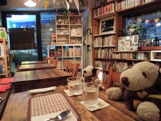 絵本カフェ holo holo - 絵本カフェという名前のとおり、 お店のいたるところに絵本が置かれてるよ。 なんでも絵本の数は約1100冊だそう!すご~い。
