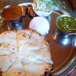 スープカレー&ネパールカレー スーリヤ - 2014年11月のヒマラヤセット1130円にチーズナン+200円。カレーはチキンサグとエビカレー辛さ4