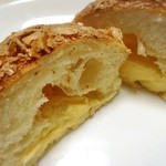 boulangerie montagne - クリームパン(カット)