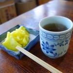三四郎 - 突き出しは沢庵と美味しいほうじ茶♪
