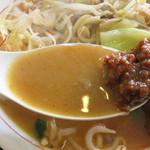 ヤマト - 鶏ガラベースです。でもあっさりというワケではなく、唐辛子入りの味噌スープなのでコクがしっかりあります。 更に、肉味噌を溶かしながら頂くと、一層厚みが増しますよ。