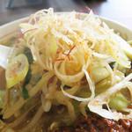 ヤマト - 野菜は短冊状に切ってあり、食べやすいです。 トッピングの白ネギスライスや糸唐辛子も良い刺激のアクセントになってます。