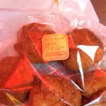 お菓子のワイユー 加賀屋店 - アーターサンダギー 350円 赤いテントの下で写真を撮ったので 真っ赤に写っています(^-^)  マロングラッセやフライまんじゅうなどをたまに買って食べています