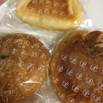 47618526 - 上/カスタードクリームパン 左/焼きカレーパン 右/フロマージュノア