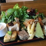 ハナキチルーム - ランチは、このワンプレート、いろんなお惣菜と7種の野菜サラダが大迫力で迫ります!