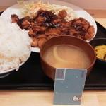 屯喜朋亭 - チキンカツ定食(ごはん大盛)(800円)が来ました。ごはんだけでなくおかずもなかなか多いです