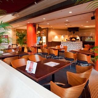 イタリアの街中にあるカフェをイメージした明るく開放的な空間