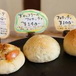 手作りパン ふくふく - 料理写真:いただいたのは左のマルゲリータと、右のフォカッチャ