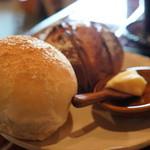 手作りパン ふくふく -  別のプレートに、フォカッチャとリベイクされカットされた、オレンジピールとチョコレートのパンが・・・バター付き