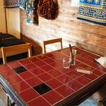 手作りパン ふくふく - 座った席、エンジのタイルの天板が素敵です