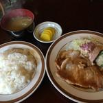 レストラン ジロー - 豚肉しょうが焼ランチ810円①、これにドリンクが付く