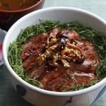 牛テキ丼(赤出汁・香の物付)