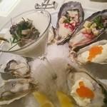 47660871 - 生牡蠣2種類、オイスターカクテル2種(サワークリーム&いくら、葱&ビーツ)、新玉葱のムースと牡蠣のマリネ