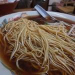 47661992 - 麺はスープをよく吸い、色の染まった平たい形状の低加水中細ストレート