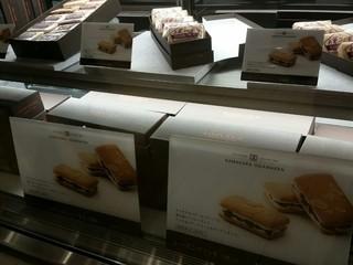 お菓子の家 鎌倉小川軒 - レイズンウィッチが並びます。
