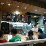 焼肉 ジャンボ - オブジェがインパクトのカウンター席