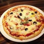 アックンズ - ベーコンとオリーブのピザ