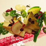 47664729 - 冷たい前菜。                       低温調理の鮑・フランス産のアスパラガス・山菜や野菜やハーブ色々。