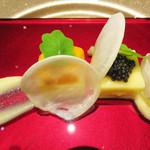 レザン ドール - アミューズブーシュ。                                 糸島の蕪・スウェーデン蕪を使ったブランマンジェ風(キャビアとウニのせ)・ナスタチウム添え                                 お料理の量は全体的に控えめ・味わいは軽いです。