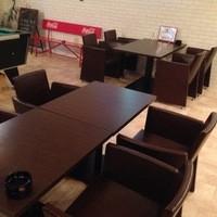 デザイナーズチェアーでワイワイ飲めるテーブル席