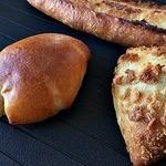 タカナベーカリー - 料理写真:クリームパン、グリーンカレー、ガーリックフランス