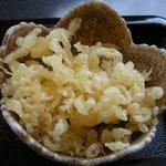 そば処 遊蕎 - 「おろし蕎麦(レモン入り)」についてくる天かす
