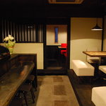 IZAKAYA混 - 1階店内。白と黒を基調とした和モダンな店内。奥の半個室は人気です!