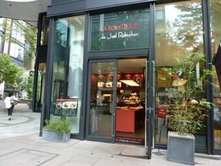 ラ ブティック ドゥ ジョエル・ロブション 丸の内ブリックスクエア店 - お店の後ろには庭が・・・