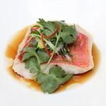 ヌーベルシノワ 玻璃 - 本日の鮮魚のさっと蒸し 九条葱と生姜の香りを効かせて 香港スタイルのあっさり醤油ソースで「