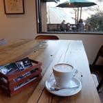 オン・ザ・ヒル コーヒー - テーブル席でカフェラテ