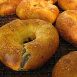 ファンファン - 生バジルとベーコン・チーズなどを使ったチョッとハードなパンです。