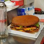 ロン - 持ち帰りのお客さんが頼んだ巨大バーガーを撮影させてもらいました