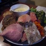 47691557 - ロースハム、鶏肉リエット、豚足と豚耳のテリーヌ
