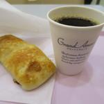 47694569 - 菜の花入りフォッカチャとコーヒー。