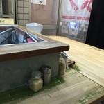 らーめん専科 力雅 - カウンター席(水はセルフ)