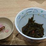 築地食堂 源ちゃん - 築地食堂 源ちゃん アクアシティお台場店 本日のお刺身定食に付くメカブと寂しい漬物