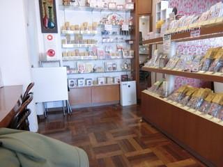 ティーハウス マユール 五反田店 - 店内ではいろいろ売られています