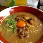 麺王 - 徳島ラーメン。ビール付き(セットで売られているわけではない)。