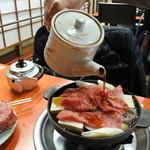 米久本店 - まず野菜を入れて、お肉を乗せて割り下をかける