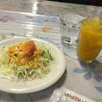 47716565 - サラダとマンゴージュース