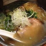 鐙 - 迷ったらコレ!1番人気の鐙ラーメン、710円。動物系と鯛からでる魚介スープがとけあう。