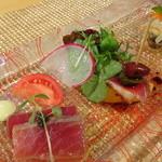 47734730 - 自家製ゴの鴨燻製とマンゴのビンチョス、鱈のエスカベーシュ、プティサラダ添え、鮪のマリネ、キャビア添え
